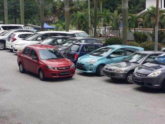 Взаперти: кого звать на помощь, если вашу машину заперли на парковке