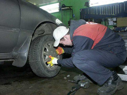 Секрет из СССР: как за минуту открутить прикипевшую колесную шпильку и другие детали